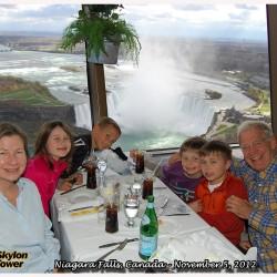 Un célèbre animateur d'émission-débat de fin de soirée visite Niagara Falls
